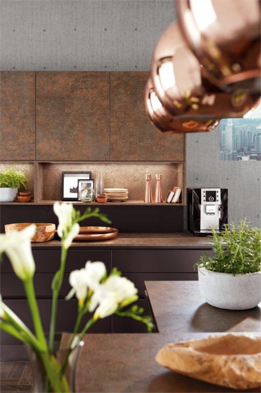 Cucina personalizzata grigia laccata opaca e metallo ossidato